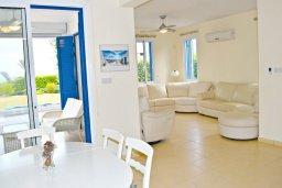 Гостиная. Кипр, Лачи : Удивительная пляжная вила в греческом стиле с панорамным видом на море, с 3-мя спальнями, с бассейном, ландшафтным садом и тенистой террасой с патио