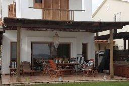 Фасад дома. Кипр, Менеу : Прекрасная пляжная вилла с бассейном и зеленым двориком с барбекю, 4 спальни, 3 ванные комнаты, парковка, Wi-Fi