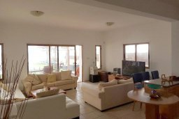 Гостиная. Кипр, Менеу : Прекрасная пляжная вилла с бассейном и зеленым двориком с барбекю, 4 спальни, 3 ванные комнаты, парковка, Wi-Fi