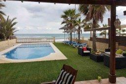 Бассейн. Кипр, Менеу : Прекрасная пляжная вилла с бассейном и зеленым двориком с барбекю, 4 спальни, 3 ванные комнаты, парковка, Wi-Fi