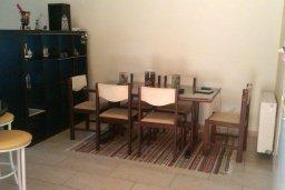 Обеденная зона. Кипр, Менеу : Прекрасная пляжная вилла с зеленым двориком с барбекю, 3 спальни, 2 ванные комнаты, парковка, Wi-Fi