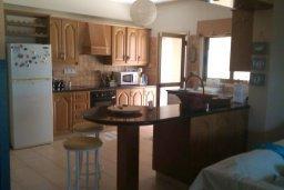 Кухня. Кипр, Менеу : Прекрасная пляжная вилла с зеленым двориком с барбекю, 3 спальни, 2 ванные комнаты, парковка, Wi-Fi