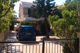 Фасад дома. Кипр, Менеу : Прекрасная пляжная вилла с зеленым двориком с барбекю, 3 спальни, 2 ванные комнаты, парковка, Wi-Fi