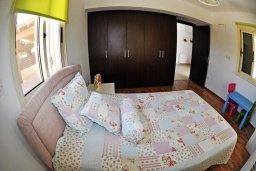 Спальня. Кипр, Менеу : Современная вилла с зеленым двориком и патио, в 45 метрах от пляжа, 3 спальни, 2 ванные комнаты, барбекю, парковка, Wi-Fi