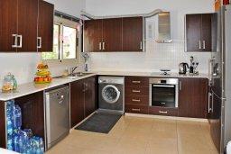 Кухня. Кипр, Менеу : Современная вилла с зеленым двориком и патио, в 45 метрах от пляжа, 3 спальни, 2 ванные комнаты, барбекю, парковка, Wi-Fi