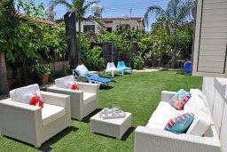 Патио. Кипр, Менеу : Современная вилла с зеленым двориком и патио, в 45 метрах от пляжа, 3 спальни, 2 ванные комнаты, барбекю, парковка, Wi-Fi