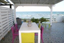 Обеденная зона. Кипр, Менеу : Прекрасная пляжная вилла с двориком и видом на море, 2 спальни, барбекю, Wi-Fi