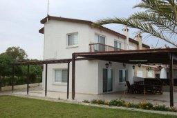 Фасад дома. Кипр, Менеу : Прекрасная пляжная вилла с зеленым двориком и большой террасой с видом на море, 3 спальни, парковка, Wi-Fi