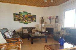 Гостиная. Кипр, Менеу : Прекрасная пляжная вилла с зеленым двориком и большой террасой с видом на море, 3 спальни, парковка, Wi-Fi