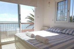 Спальня. Кипр, Менеу : Прекрасная пляжная вилла с зеленым двориком и большой террасой с видом на море, 3 спальни, парковка, Wi-Fi