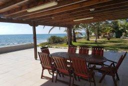Терраса. Кипр, Менеу : Прекрасная пляжная вилла с зеленым двориком и большой террасой с видом на море, 3 спальни, парковка, Wi-Fi