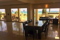 Обеденная зона. Кипр, Декелия - Ороклини : Роскошная пляжная вилла в Ларнаке с бассейном и двориком с барбекю, 5 спален, 5 ванных комнат, парковка, Wi-Fi