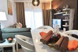 Обеденная зона. Кипр, Ларнака город : Современный апартамент в 10 минутах ходьбы от центральной набережной, с гостиной, тремя спальнями и двумя ванными комнатами