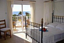 Спальня. Кипр, Ионион - Айя Текла : Прекрасная вилла с бассейном напротив пляжа и с видом на море, 3 спальни, 2 ванные комнаты, парковка, Wi-Fi