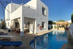 Фасад дома. Кипр, Ионион - Айя Текла : Прекрасная вилла с бассейном напротив пляжа, 4 спальни, 3 ванные комнаты, парковка, Wi-Fi