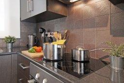 Кухня. Кипр, Каппарис : Современный апартамент в комплексе с общим бассейном и детской площадкой, с большой гостиной, двумя спальнями и балконом