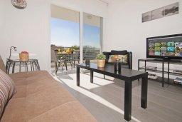 Гостиная. Кипр, Каппарис : Современный апартамент в комплексе с общим бассейном и детской площадкой, с большой гостиной, двумя спальнями и балконом