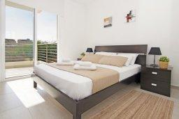 Спальня. Кипр, Каппарис : Современный апартамент в комплексе с общим бассейном и детской площадкой, с большой гостиной, двумя спальнями и балконом