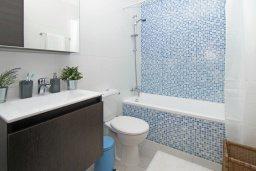 Ванная комната. Кипр, Каппарис : Современный апартамент в комплексе с общим бассейном и детской площадкой, с большой гостиной, двумя спальнями и балконом