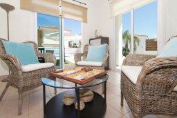 Гостиная. Кипр, Фиг Три Бэй Протарас : Удивительная вилла с 3-мя спальнями, 2-мя ванными комнатами, с бассейном, солнечной террасой с патио и барбекю, расположена недалеко от знаменитого пляжа Fig Tree Bay