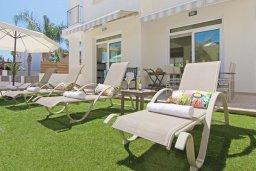 Зона отдыха у бассейна. Кипр, Фиг Три Бэй Протарас : Удивительная вилла с 3-мя спальнями, 2-мя ванными комнатами, с бассейном, солнечной террасой с патио и барбекю, расположена недалеко от знаменитого пляжа Fig Tree Bay
