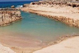 Пляж Дикий в Айя Напе, в районе пляжей Аммос и Лимнария