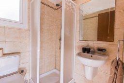 Ванная комната. Кипр, Ионион - Айя Текла : Прекрасная вилла с бассейном и приватным двориком недалеко от пляжа, 3 спальни, 2 ванные комнаты, патио, барбекю, парковка, Wi-Fi