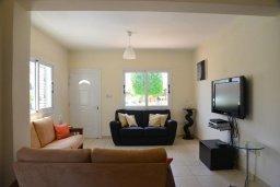 Гостиная. Кипр, Ионион - Айя Текла : Прекрасная вилла с зеленым двориком недалеко от пляжа, 3 спальни, терраса для загара, парковка, беседка, Wi-Fi