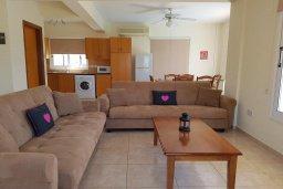 Гостиная. Кипр, Ионион - Айя Текла : Уютная вилла с бассейном и приватным двориком недалеко от пляжа, 2 спальни, 2 ванные комнаты, барбекю, парковка, Wi-Fi