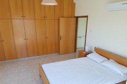 Спальня. Кипр, Ионион - Айя Текла : Уютная вилла с бассейном и приватным двориком недалеко от пляжа, 2 спальни, 2 ванные комнаты, барбекю, парковка, Wi-Fi