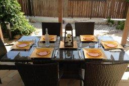 Обеденная зона. Кипр, Ионион - Айя Текла : Уютная вилла с бассейном и приватным двориком с обеденной зоной, 2 спальни, барбекю, парковка, Wi-Fi