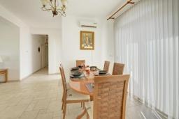 Обеденная зона. Кипр, Ионион - Айя Текла : Прекрасная вилла с большим бассейном и зеленым двориком в 100 метрах от пляжа, 4 спальни, 2 ванные комнаты, барбекю, парковка, Wi-Fi