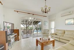 Гостиная. Кипр, Ионион - Айя Текла : Прекрасная вилла с большим бассейном и зеленым двориком в 100 метрах от пляжа, 4 спальни, 2 ванные комнаты, барбекю, парковка, Wi-Fi