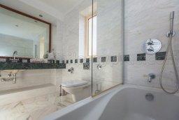 Ванная комната. Кипр, Лачи : Роскошная вилла с бассейном и зеленым двориком с барбекю, 100 метров до пляжа, 4 спальни, 3 ванные комнаты, парковка, Wi-Fi