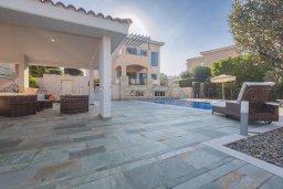 Территория. Кипр, Лачи : Роскошная вилла с бассейном и зеленым двориком с барбекю, 100 метров до пляжа, 4 спальни, 3 ванные комнаты, парковка, Wi-Fi