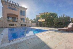 Фасад дома. Кипр, Лачи : Роскошная вилла с бассейном и зеленым двориком с барбекю, 100 метров до пляжа, 4 спальни, 3 ванные комнаты, парковка, Wi-Fi