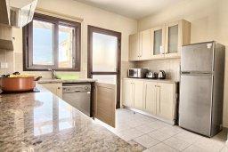 Кухня. Кипр, Ионион - Айя Текла : Современная вилла с бассейном и двориком с барбекю, 100 метров до пляжа, 3 спальни, 2 ванные комнаты, парковка, Wi-Fi