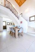 Обеденная зона. Кипр, Ионион - Айя Текла : Современная вилла с бассейном и двориком с барбекю, 3 спальни, 2 ванные комнаты, парковка, Wi-Fi