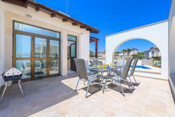 Обеденная зона. Кипр, Ионион - Айя Текла : Современная вилла с бассейном и двориком с барбекю, 2 спальни, 2 ванные комнаты, парковка, Wi-Fi