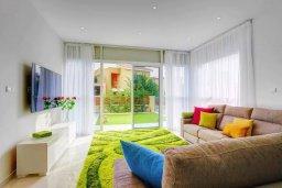 Гостиная. Кипр, Пареклисия : Современная вилла с бассейном и зеленым двориком в престижном комплексе, 4 спальни, 2 ванные комнаты, парковка, Wi-Fi