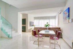 Обеденная зона. Кипр, Пареклисия : Современная вилла с бассейном и зеленым двориком в престижном комплексе, 4 спальни, 2 ванные комнаты, парковка, Wi-Fi
