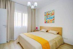 Спальня. Кипр, Пареклисия : Современная вилла с бассейном и зеленым двориком в престижном комплексе, 4 спальни, 2 ванные комнаты, парковка, Wi-Fi