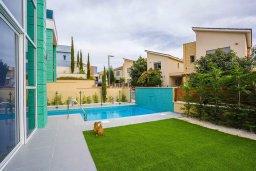 Бассейн. Кипр, Пареклисия : Современная вилла с бассейном и зеленым двориком в престижном комплексе, 4 спальни, 2 ванные комнаты, парковка, Wi-Fi