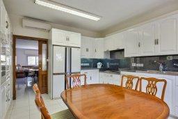 Кухня. Кипр, Айос Тихонас Лимассол : Роскошный апартамент в комплексе с бассейном, 50 метров до пляжа, просторная гостиная, 3 спальни, 3 ванные комнаты, большая терраса с патио и видом на море