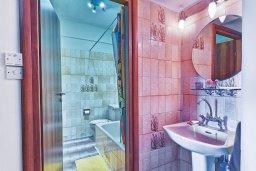 Ванная комната. Кипр, Центр Лимассола : Прекрасный апартамент в 100 метра от пляжа, гостиная, отдельная спальня, большой балкон с видом на море