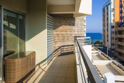 Балкон. Кипр, Центр Лимассола : Современный апартамент в комплексе с бассейном, 20 метров до пляжа, гостиная, отдельная спальня и балкон с боковым видом на море
