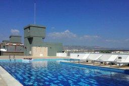 Бассейн. Кипр, Центр Лимассола : Современный апартамент в комплексе с бассейном, 20 метров до пляжа, гостиная, отдельная спальня и балкон с боковым видом на море