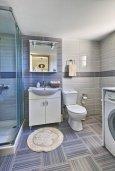 Ванная комната. Кипр, Айос Тихонас Лимассол : Современный апартамент недалеко от пляжа, с гостиной, отдельной спальней и балконом