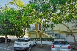 Парковка. Кипр, Центр Лимассола : Апартамент в комплексе с бассейном и теннисным кортом, с гостиной, отдельной спальней и балконом