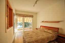 Спальня. Кипр, Центр Лимассола : Апартамент в комплексе с бассейном и теннисным кортом, с гостиной, отдельной спальней и балконом